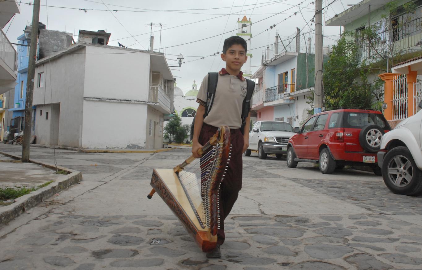 Eduardo Viveros Colín, el arpista más joven de México, en su natal Cerrillos de Díaz